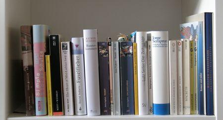 Bücherreihe regal  Tag 15 und 16 – Das 4. Buch in deinem Regal v.l. und das 9. Buch v.r.